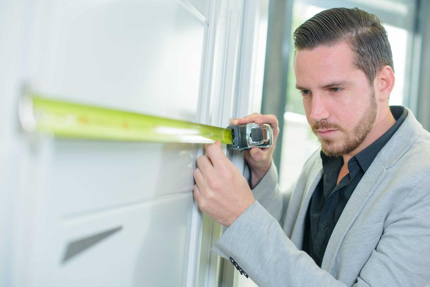 Drzwi przesuwne w mieszkaniu moga być schowane w ścianę lub nie. Drzwi naścienne można zamontować w zasadzie w każdym pomieszczeniu.
