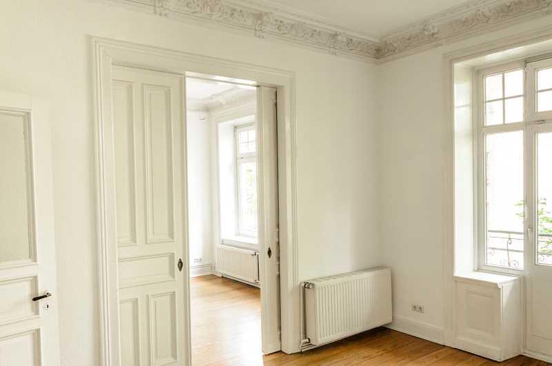 Drzwi przesuwne wewnętrzne w białym kolorze w nowoczesnym wnętrzu, a także ceny, rodzaje, producenci i najlepsze modele