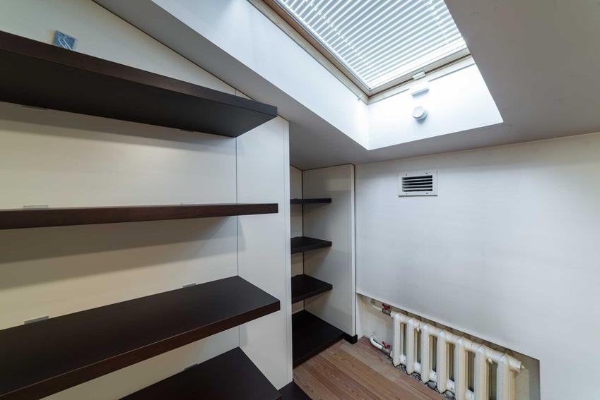 Garderoba na poddaszu, w tym mała garderoba, jej aranżacje, projekty i wyposażenie, porady aranżacyjne krok po kroku