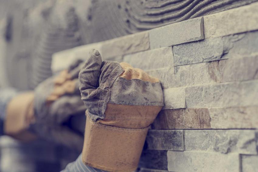 Klejenie kamienia na ścianie oraz klej do kamienia naturalnego i do kamienia elewacyjnego, a także rodzaje oraz ceny