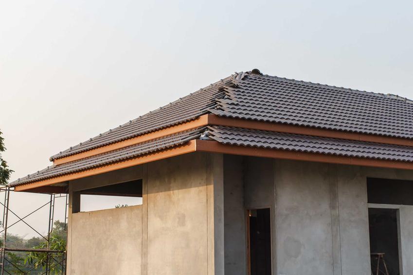 Dach czterospadowy robi się na kilka etapów. Zaczyna się od zbudowania podszycia, następnie nakłada się blachę lub dachówki ceramiczne.