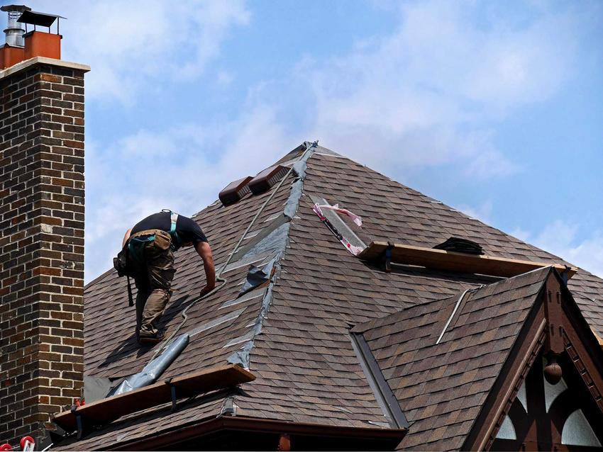 Zakładanie dachu czterospadowego to dość duży koszt. Cennik może być różny w różnych miejscach kraju, cena zależy także od materiałów wykończeniowych