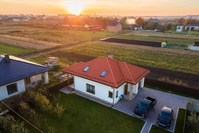 Domki jednorodzinne wybudowane na terenach podmiejskich, a także wady i zalety domku pod miastem, opinie i koszty
