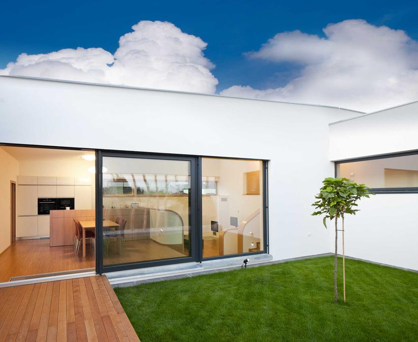 Budowa domu parterowego jest szybsza i wymaga mniej nakładów finansowych niż w przypadku budynków piętrowych. Takie domki są o wiele bardziej nowoczesne