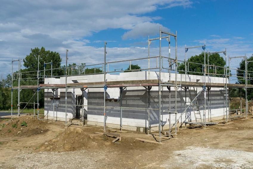 Budowa domu parterowego do stanu surowego otwartego obejmuje postawienie ścian nośnych, działowych i stropu