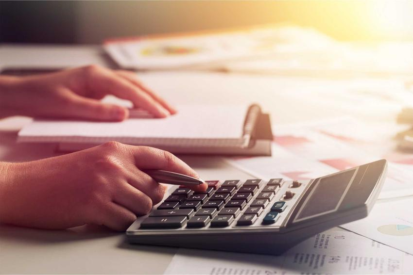 Kosztorys budowlany to dokument, który warto wykonać, ponieważ jest kluczowy do uzyksania kredytu mieszkaniowego lub hipotecznego. Wyliczenia można przeprowadzić online.