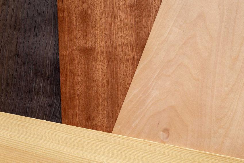 Okleina na drzwi oraz samoprzylepne tapety na drzwi, a także porady, jak przyklejać okleinę meblową na drzwi lub inne meble różnego rodzaju