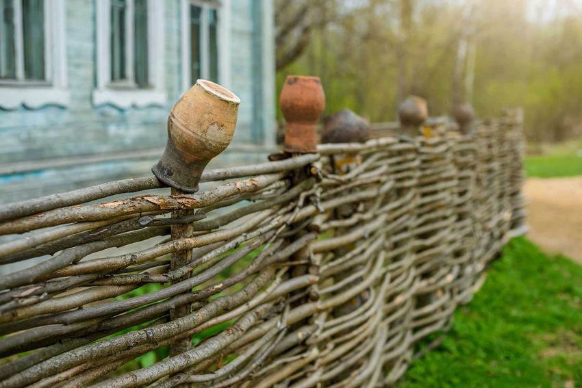 Płot wiklinowy oraz ceny za płoty z wikliny, a także producenci i polecane ogrodzenia wiklinowe, zastosowanie i aranżacje