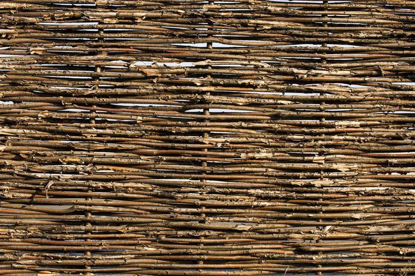 Płot wiklinowy oraz ceny za płoty z wikliny, a także producenci i polecane ogrodzenia wiklinowe do ogrodu i działki krok po kroku