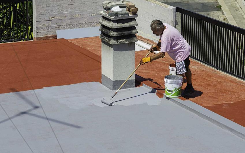 Mężczyzna podczas prac oraz posadzki żywiczne na taras i posadzka żywiczna na balkonach - wykonanie