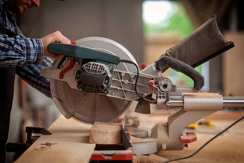 Piła ukosowa lub pilarka ukosowa w czasie użycia oraz polecana piła kątowa do drewna i do różnych zastosowań krok po kroku