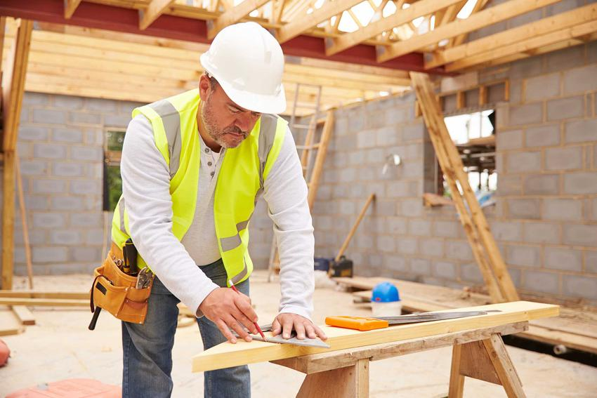 Mężczyzna na budowie oraz strop rector, stropy gęstożebrowe i stropy sprężone rector, czyli najlepsze rodzaje, opinie oraz zastosowanie