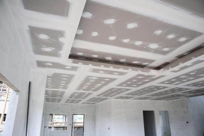 Montaż sufitu podwieszanego, czyli montaż płyt gipsowych na suficie krok po kroku, opinie i zastosowanie