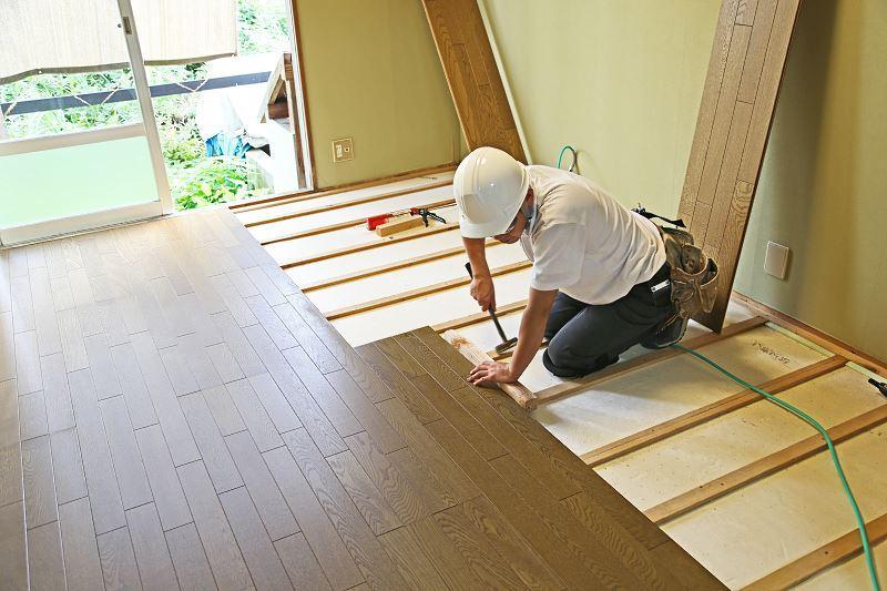 Remont mieszkania zazwyczaj wiąże się właśnie z remontem, odnową lub całkowitą wymianą podłóg. Jest to dość duży koszt, bez względu na to, jaki materiał wybierzesz.