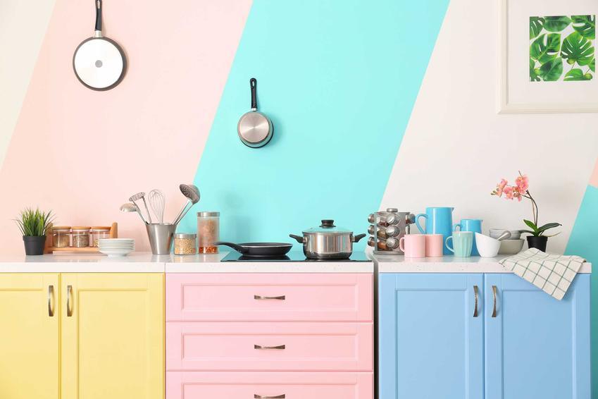 Kolorowe meble kuchenne okryte okleiną oraz okleina na meble kuchenne i okleiny samoprzylepne na meble kuchenne