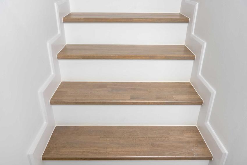 Trepy na schody w jasnym kolorze i inne trepy drewniane na schody, opinie i cena za stopnice drewniane, najlepsze rodzaje i kolory