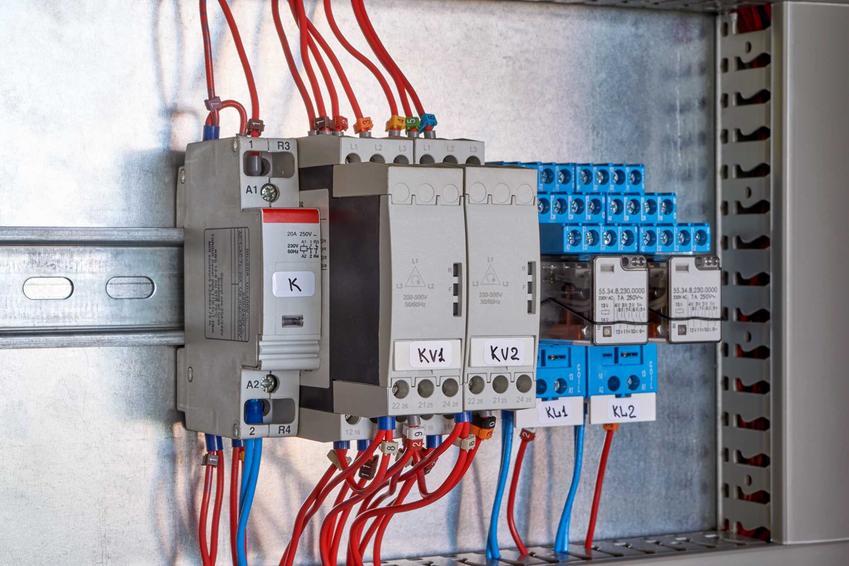 Skrzynka elektryczna zewnętrzna, czyli szafka elektryczna lub skrzynka prądowa i jej ceny oraz opinie