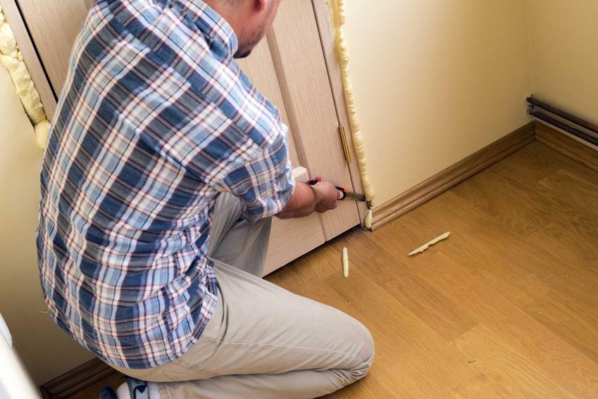 Montaż drzwi oraz porady, czym zmyć piankę montażową i jak usunąć piankę poliuretanową montażową z framugi