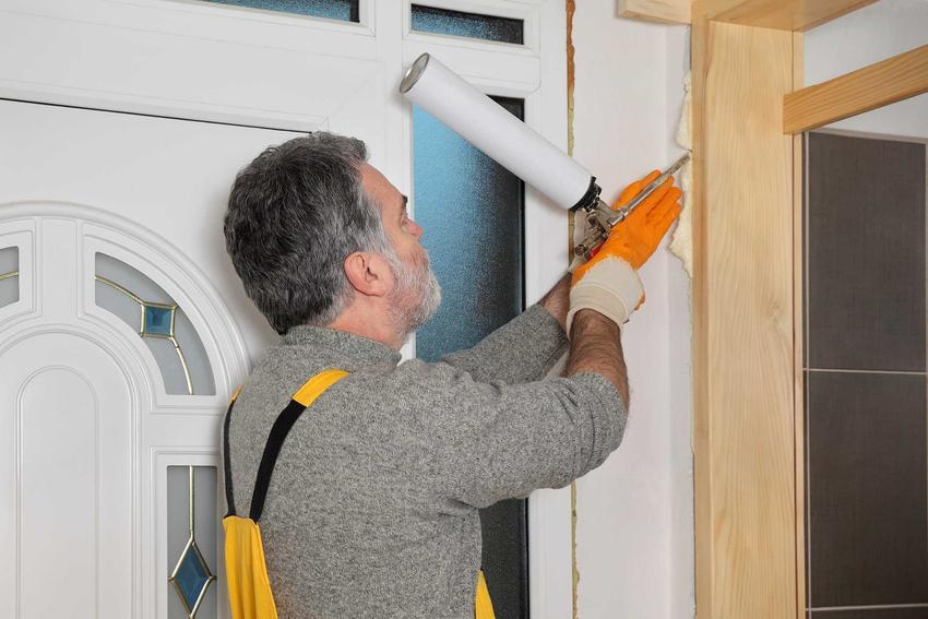 Pianka montażowa niskoprężna podczas użycia przy montażu drzwi w domu, a także jej cena, opinie i zastosowanie