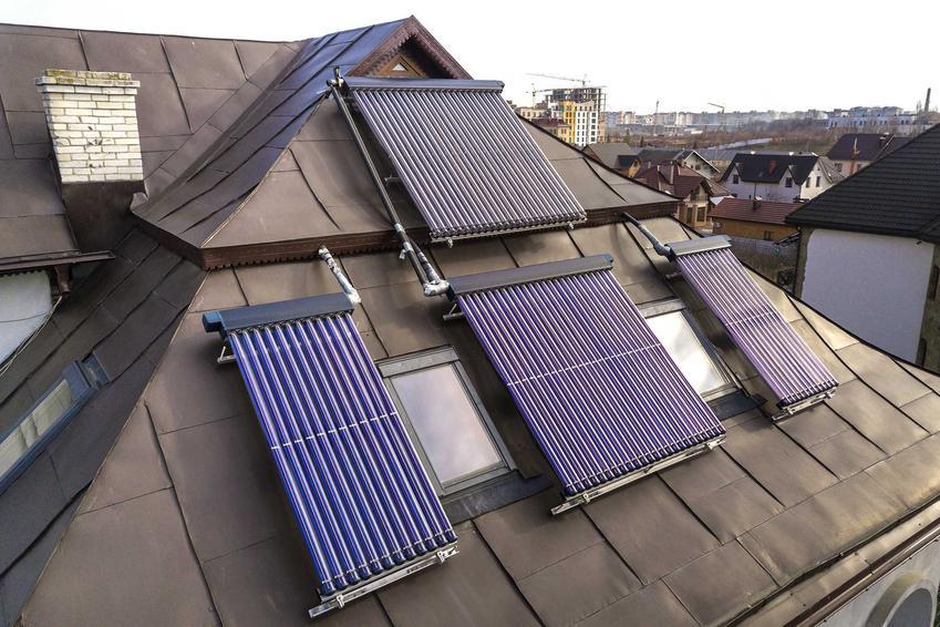Kolektory słoneczne na dachu domu, czyli kolektory ciepła i solary wodne, a także cena zestawu na dom jednorodyinnz