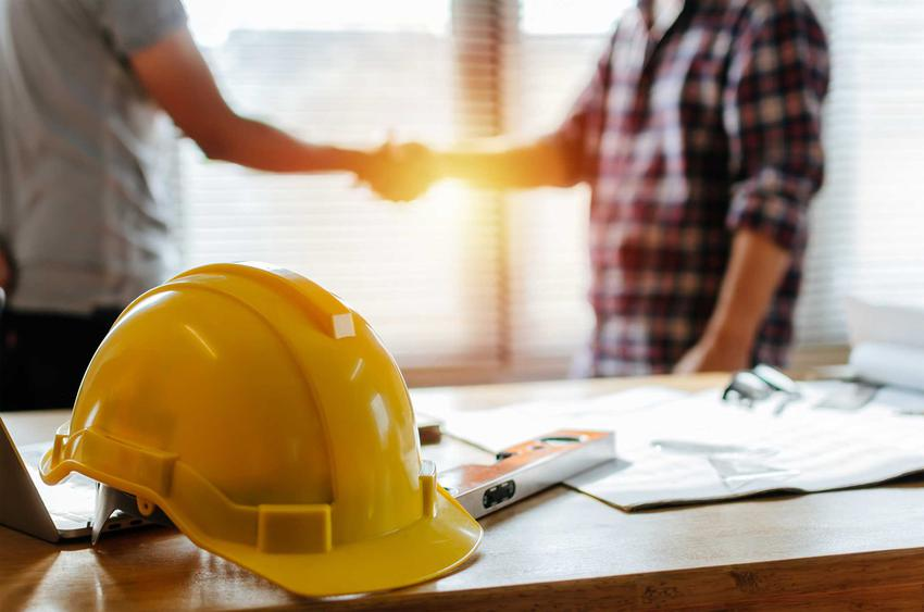Uścisk dłoni na budowie, a także rzeczoznawca budowlany i cennik jego usług, jak wybrać rzeczoznawcę, opinie i ceny