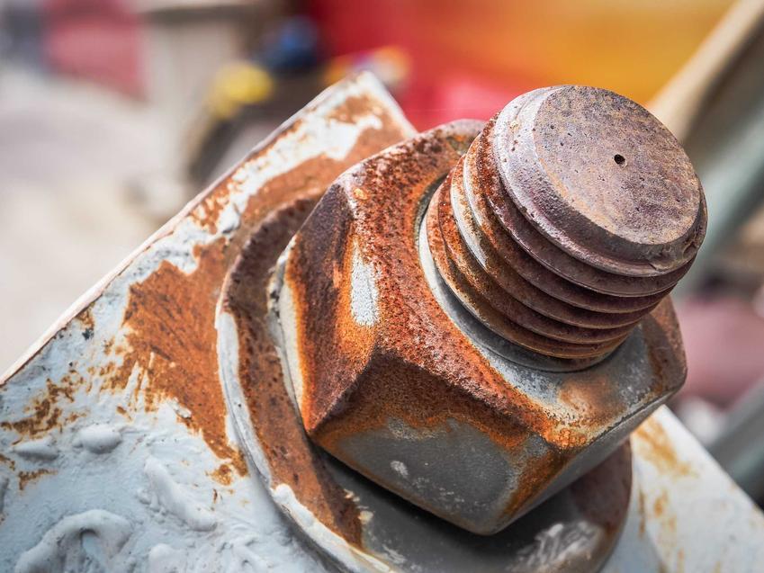 Zardzewiała śruba oraz porady, jak odkręcić wyrobioną śrubę czy też obrobioną śrubę, czyli odkręcanie starej śruby krok po kroku