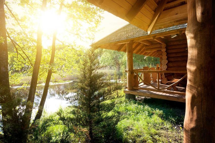 Ciekawe domy z bali w górskim krajobrazie, w tym także małe domy z bali drewnianych i niewielkie domki letniskowe z bali