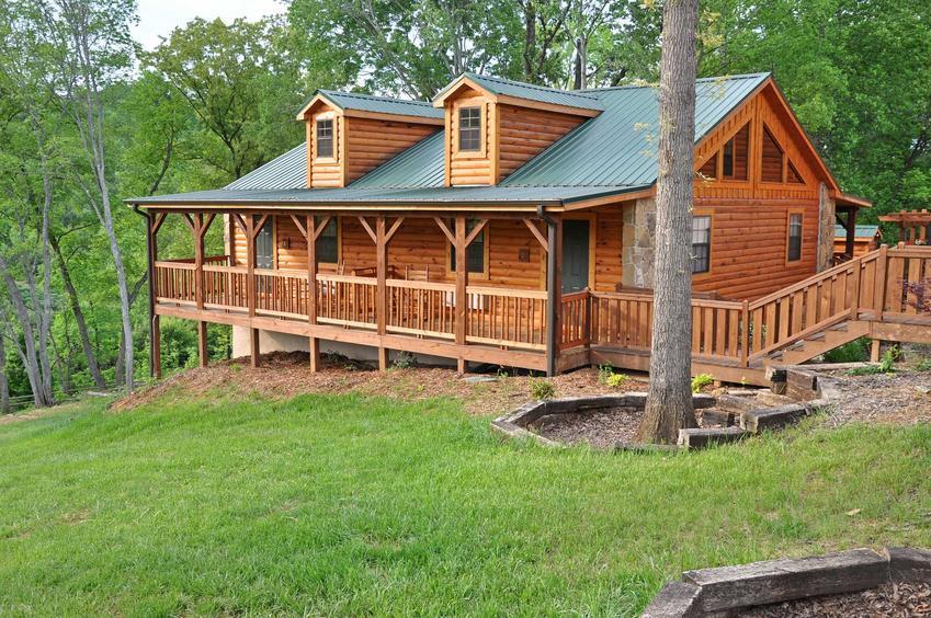 Ładny dom z bali umiejscowiony w lesie, a także małe domy z bali w Polsce oraz cena domków z bali drewnianych