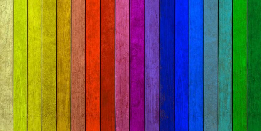 Farba do drewna akrylowa - próbki kolorów pomalowanych na drewnianych deseczkach w intensywnych kolorach ułożonych według widma tęczy