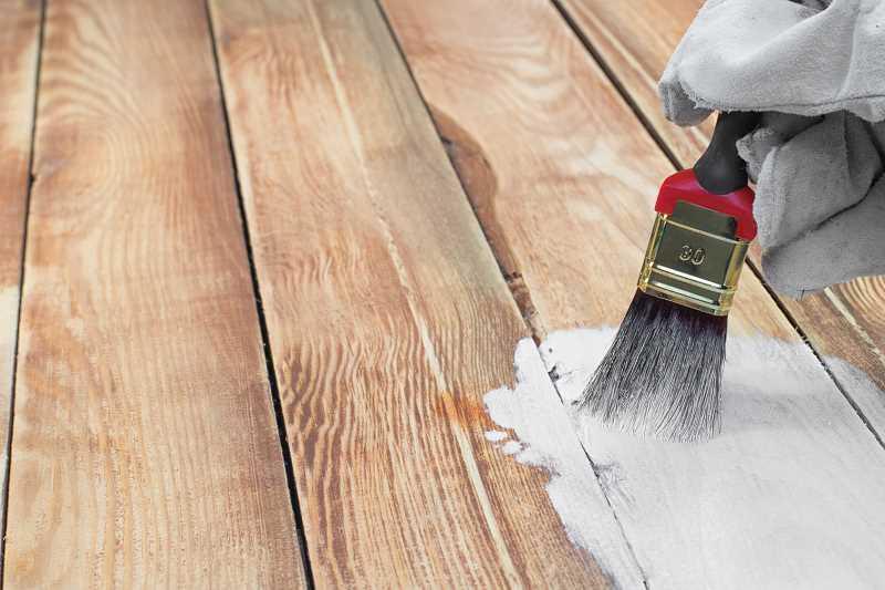 Farba akrylowa do drewna jest trwała. Zawiera akryl, który jest odporny na zabrudzenia i działanie wody, więc można go łatwo umyć.