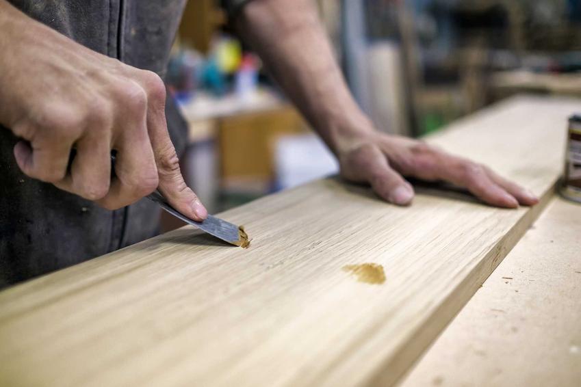 Szpachla do drewna czy też szpachlówka do drewna, w tym do drewna na zewnątrz i do schodów, zastosowanie, ceny i rodzaje