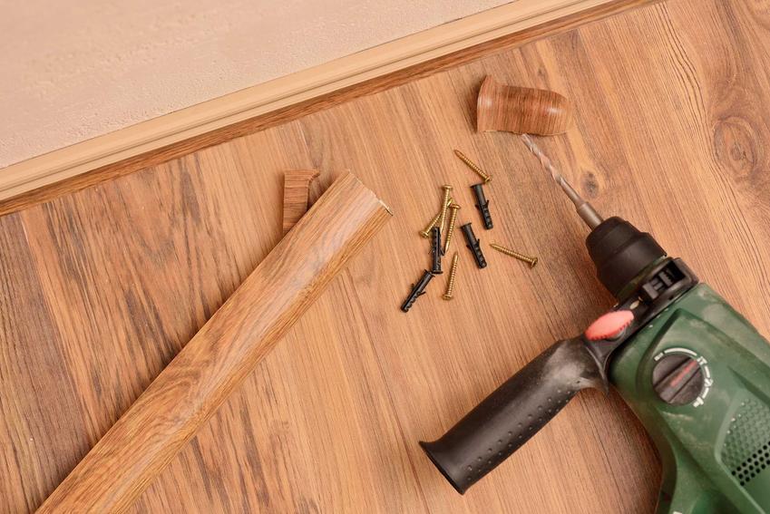 Samodzielny montaż paneli podłogowych jest możliwy. Należy tylko pamietać o zamaskowaniu dylatacji, stosując listwy przypodłogowe.