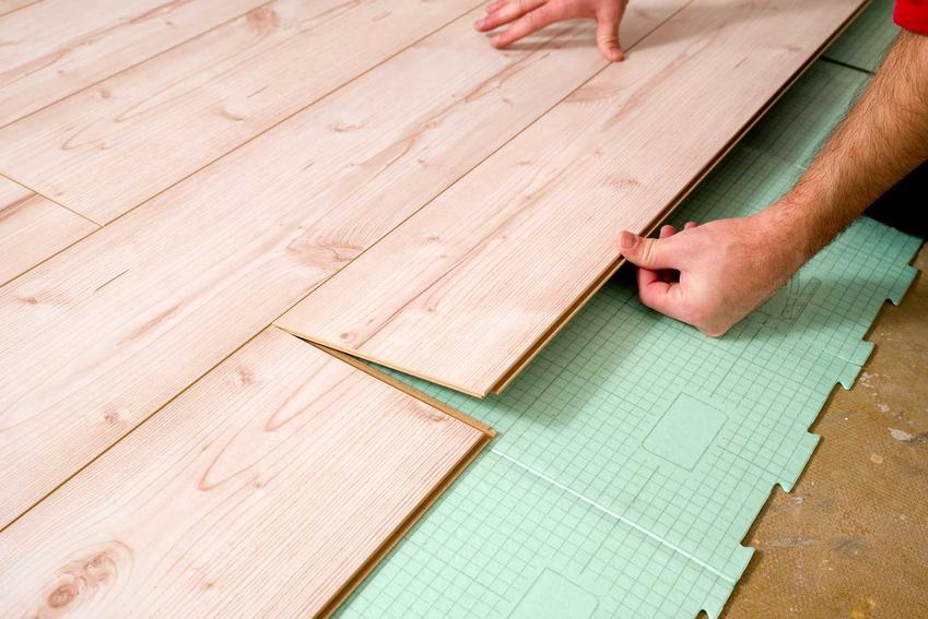 Układanie paneli można wykonać samodzielnie. Jest to dość proste - można zrobić to w 4 prostych krokach.