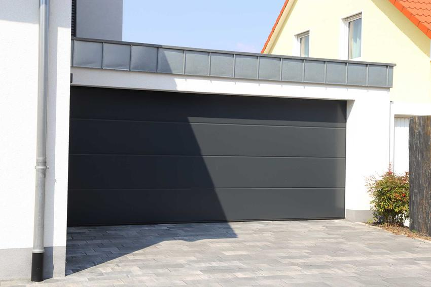 Bramy garażowe segmentowe, czyli panelowe bramy garażowe lub wrota segmentowe, a także ich ceny, zastosowanie oraz opinie