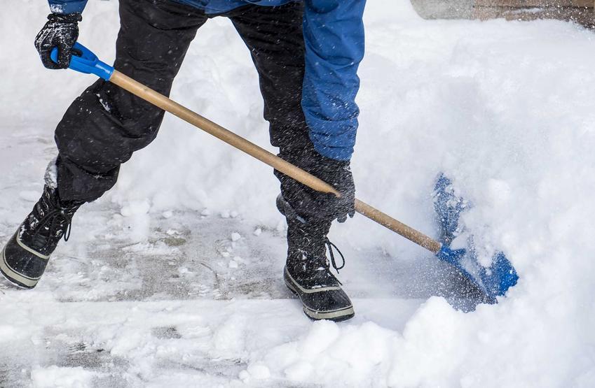 Odśnieżanie podjazdu łopatą, a także aktualny cennik odśnieżania chodników i podjazdów oraz oczyszczanie podjazdów ze śniegu
