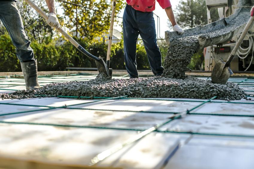 Beton towarowy czy też suchy beton podczas wylewania oraz cena i informacja, ile kosztuje grucha betonu