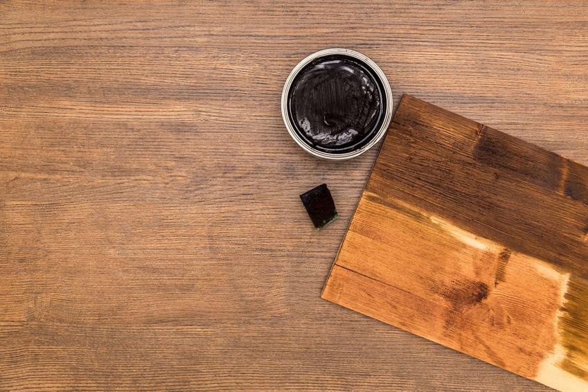 Wosk do drewna w otwartej puszcze i jego różne rodzaje, jak wosk pszczeli, barwiący czy polecany wosk stolarski