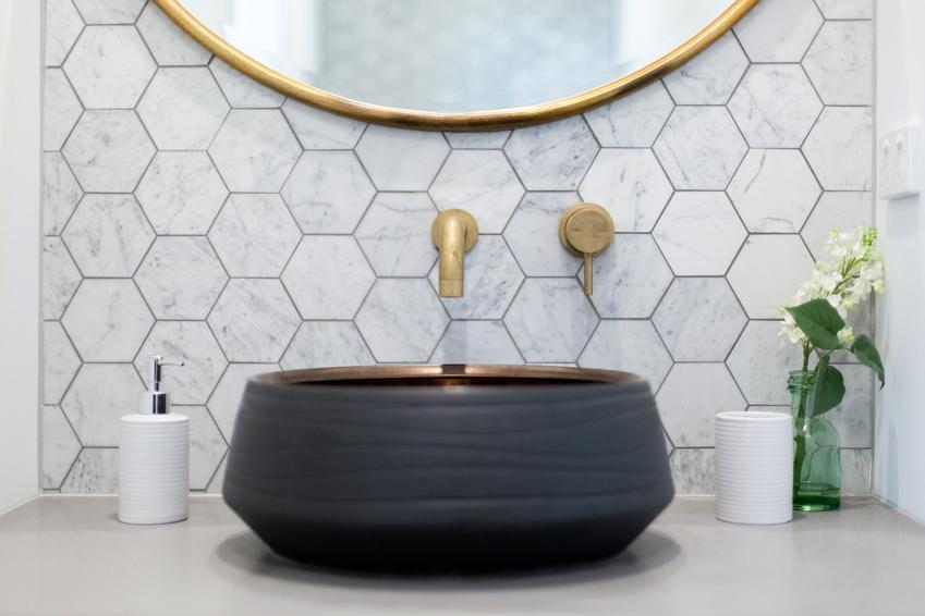 Pięknie zaaranżowana łazienka, a także fuga ceresit jako popularna fuga wodoszczelna oraz jej cana i opinie