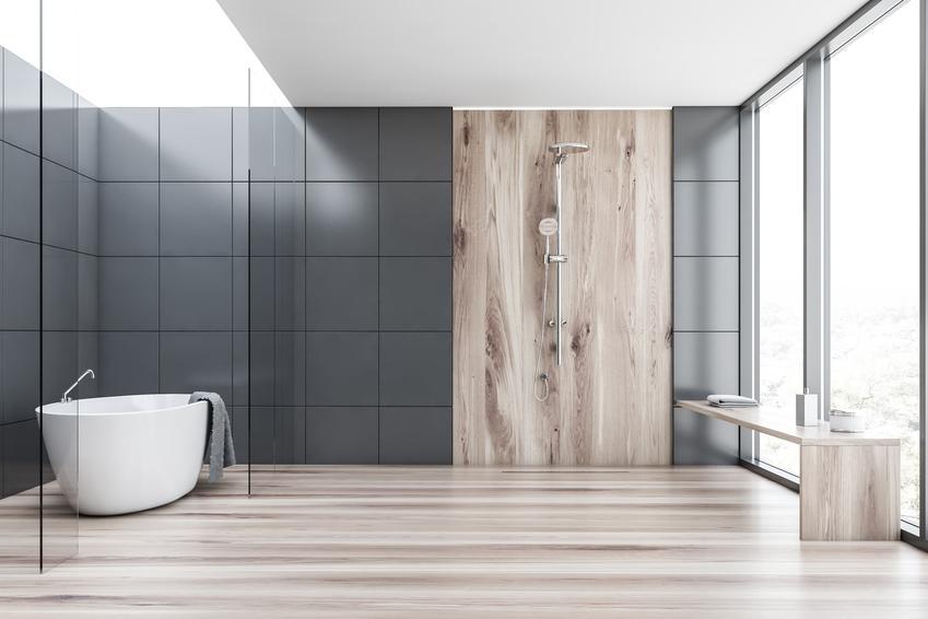 Aranżacja szarej łazienki z płytkami drewnopodobnymi, a także fuga ceresit jako polecana fuga wodoszczelna, jej cena i opinie