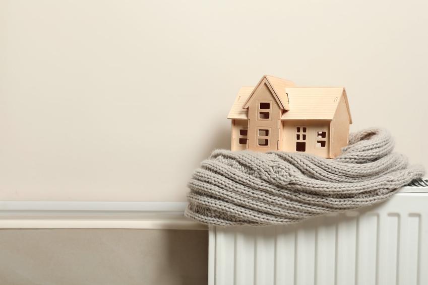 Makieta domu z szalikiem na kaloryferze, a także czyste ogrzewanie i koszty ogrzewania domu