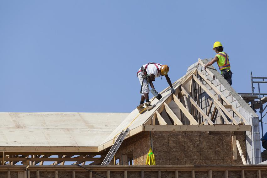Prace podczas budowy dachu oraz kotwy do murłaty i mocowanie murłaty do wieńca