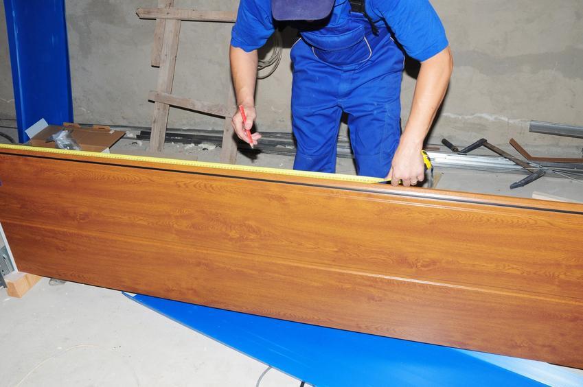Instrukcja montażu i montaż bramy garażowej segmentowej przez mężczynę krok po kroku