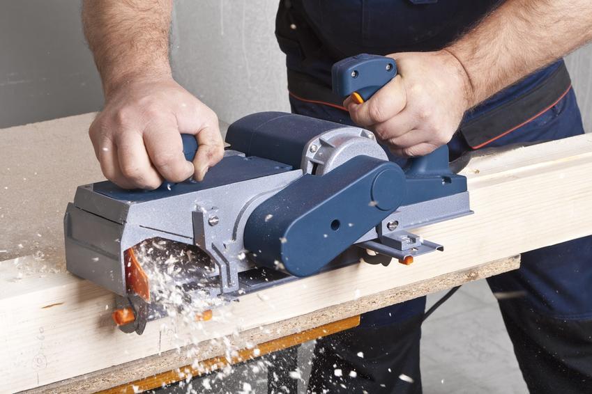 Strug elektryczny do drewna podczas pracy, a także polecany hebel elektryczny i jego ceny