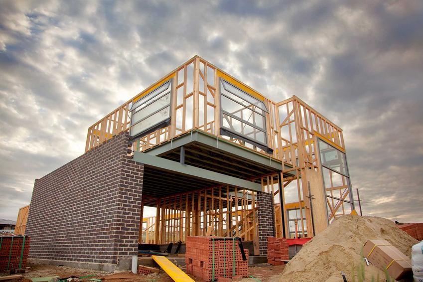 Budowa domu energooszczędnego do stanu surowego zamkniętego jest dość droga. Koszt budowy domu energooszczędnego to kwestia przede wszystkim materiałów.