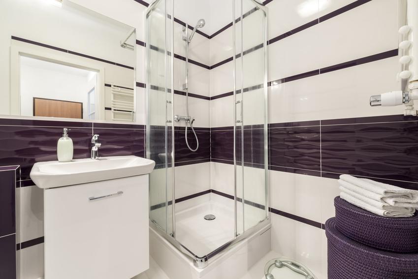 Pięknie zaaranżowana łazienka, a także drzwiczki rewizyjne lub maskownica rewizyjna