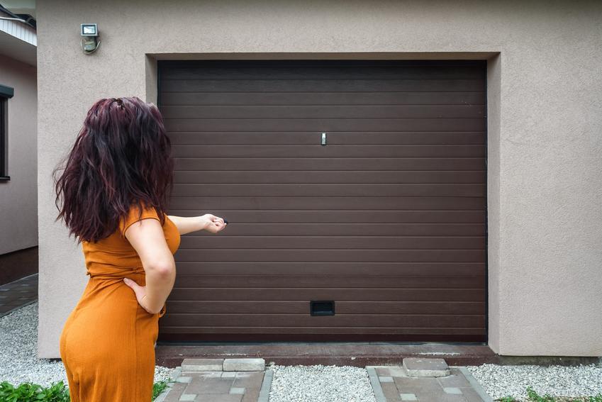 Kobieta otwierająca bramę garażową pilotem oraz polecane drzwi garażowe