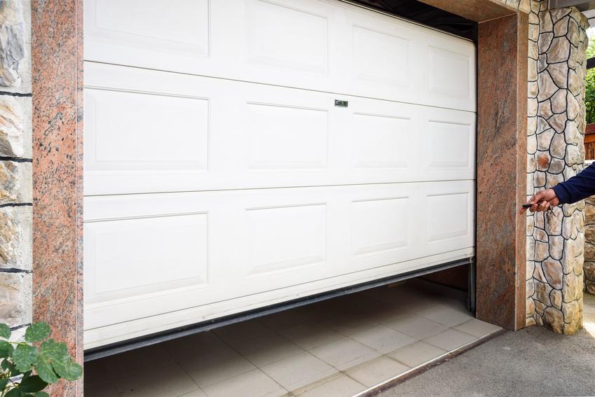 Białe drzwi garażowe oraz drzwi garażowe i bramy garażowe z drzwiami