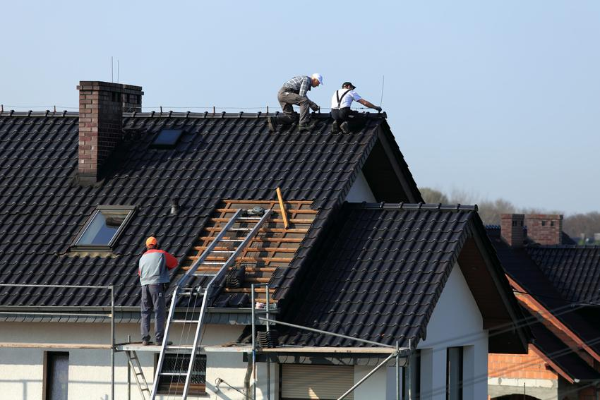 Dach podczas prac wykończeniowych oraz wiatrownice dachowe, na przykład wiatrownica drewniana