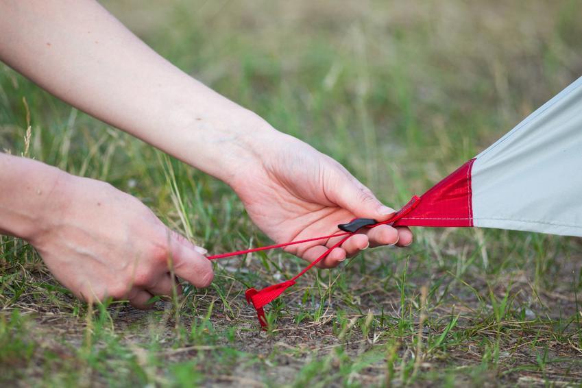 Kotwy do ziemi podczas montażu, a także kotwy wkręcane do gruntu i ich przeznaczenie