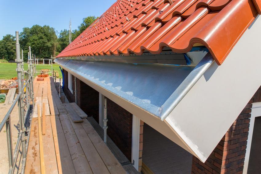Okap dachu i dach podczas budowy, a także dach bezokapowy, rynny bezokapowe i okap dachowy